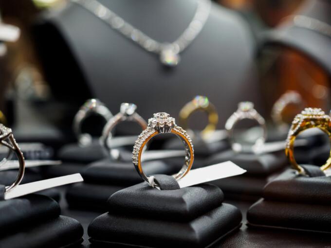 inele intr-un magazin de bijuterii