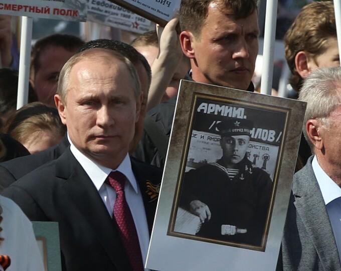 Vladimir Putin cu un portret al tatalui sau