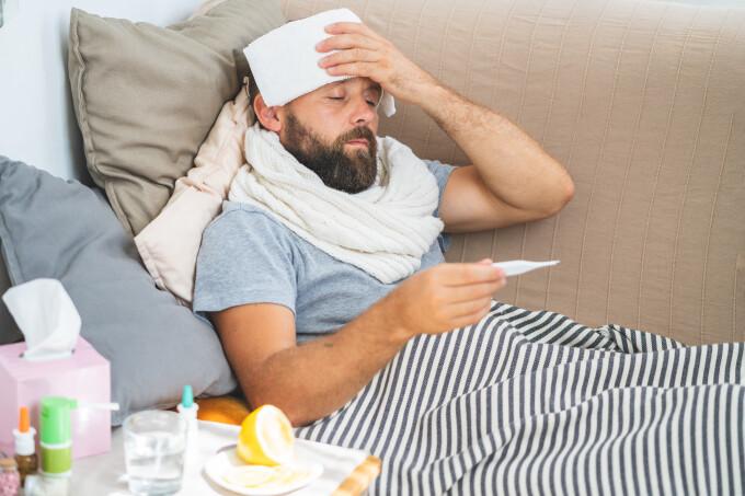 Cel mai nou simptom asociat febrei care apare la coronavirus, după un studiu britanic. Ar mări de trei ori pozitivarea