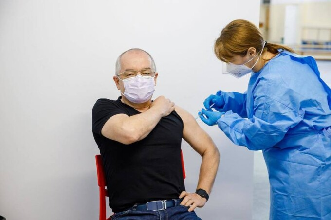 """Emil Boc, vaccinat cu serul AstraZeneca: """"Totul Ok. Recomand tuturor sa se vaccineze"""""""