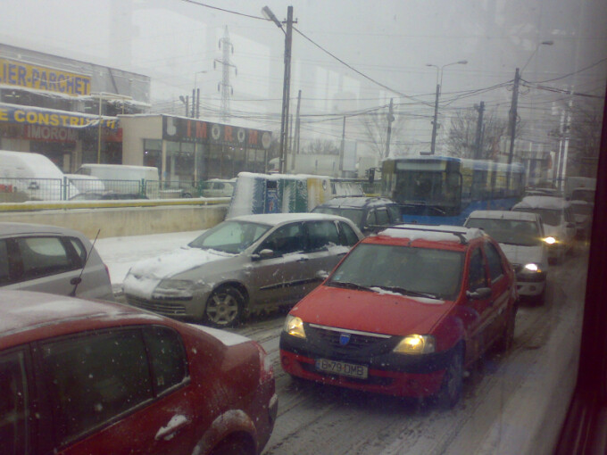 Trafic blocat, dupa ce o utilitara a ajuns pe linia de tramvai!