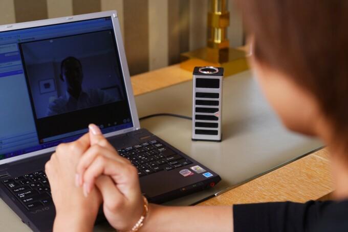 femeie cu skype)