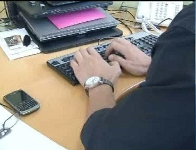 barbat scrie la calculator