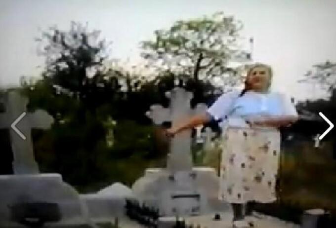 batrana danseaza pe mormant in cimitir