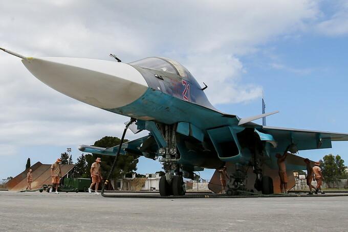 Su-34 rusesc pe pista la baza din Hmeimim