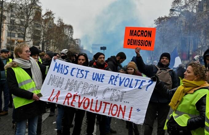 """Noi proteste violente la Paris. """"Vestele galbene"""", ciocniri cu forțele de ordine"""