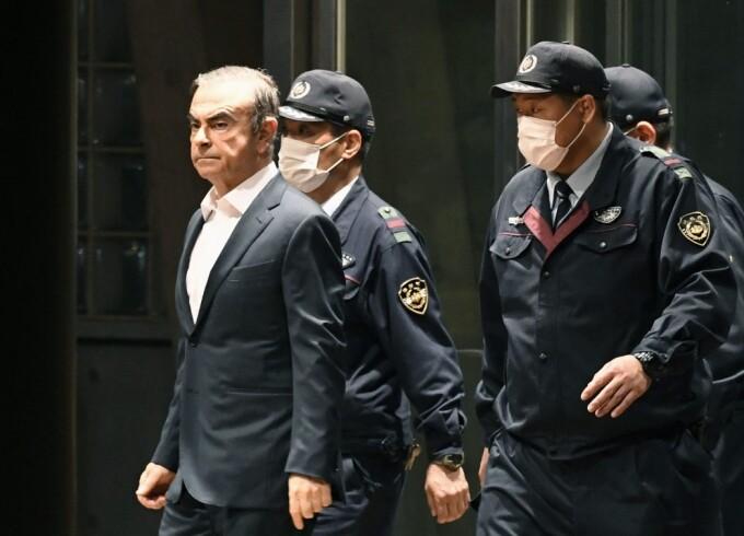 Carlos Ghosn escortat de politie