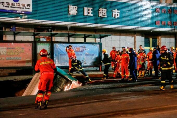 Autobuz cu pasageri, prins într-o surpare pe un drum în China - 3