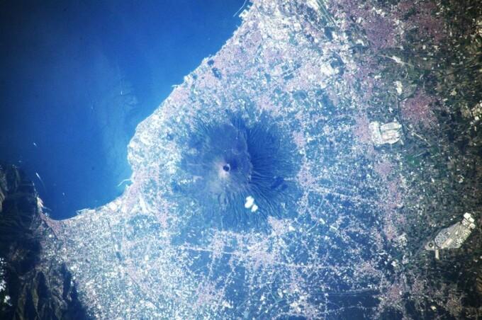 Imagini surprinzătoare cu muntele Vezuviu văzut din spațiu