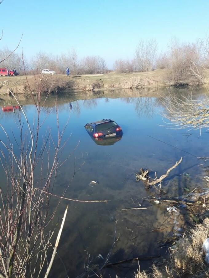 Masina unui pescar a ajuns sub apele Crisului Repede - 4