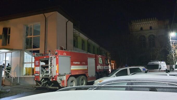 Incendiu la Secția de Psihiatrie a Spitalului Roman din cauza unei țigări. Pacienți și cadre medicale, duse la Urgențe
