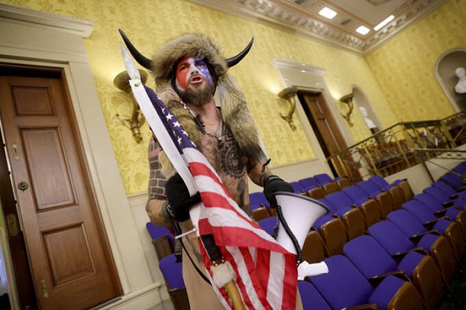 Cine e Jake Angeli, susținătorul QAnon care a luat cu asalt Capitoliul cu o căciulă de blană cu coarne