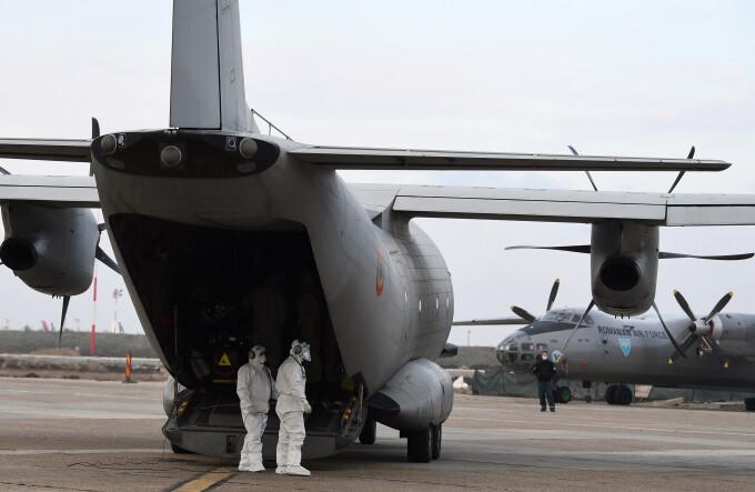 Sute de mii de seringi şi ace au fost aduse din Qatar cu o aeronavă a Forţelor Aeriene Române