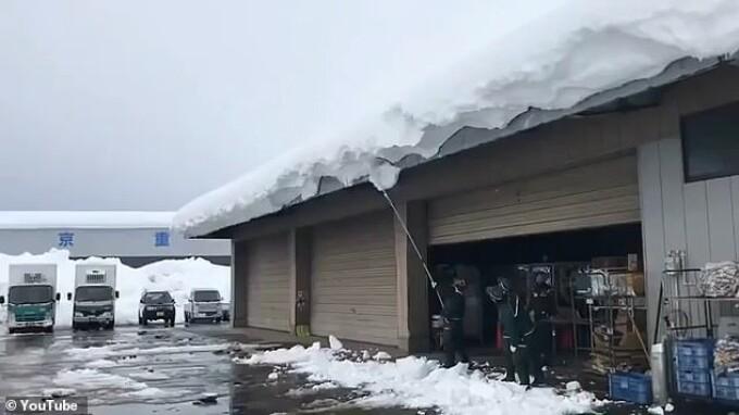 Un bărbat din Japonia a provocat o avalanșă când și-a curățat acoperișul. Imagini virale