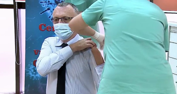 Ministrul Sorin Cîmpeanu a purtat o cămașă specială când s-a vaccinat