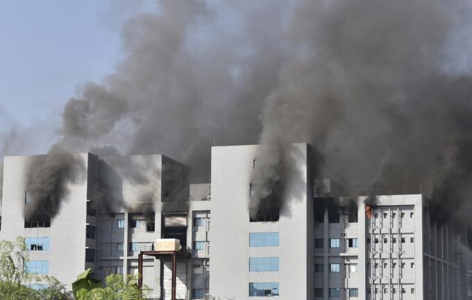 Incendiu la cea mai mare fabrică de vaccinuri din lume, unde se produc doze anti Covid-19 (VIDEO)
