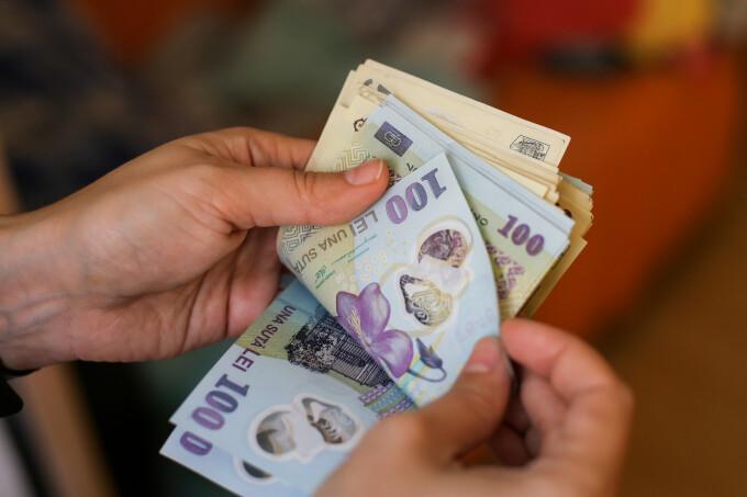 Studiu: Jumătate dintre români nu cred că banii cash răspândesc coronavirus