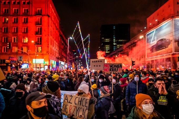 Proteste masive în Polonia, după ce dreptul la avort a fost limitat aproape complet. VIDEO