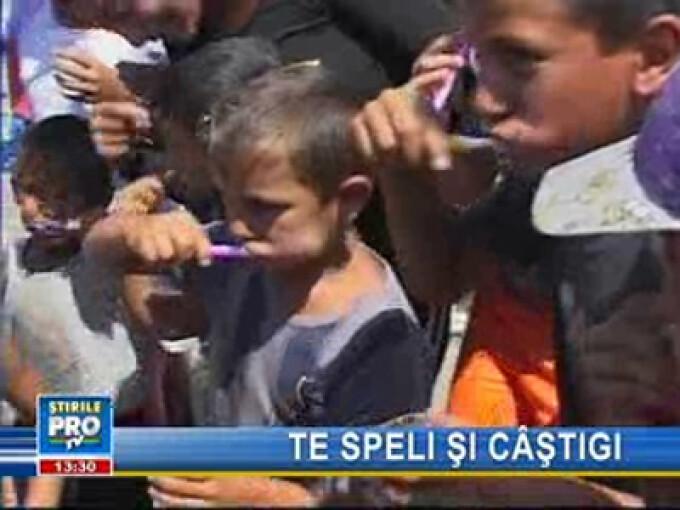 Spălatul pe dinţi, nefamiliar pentru copii romi din Alba