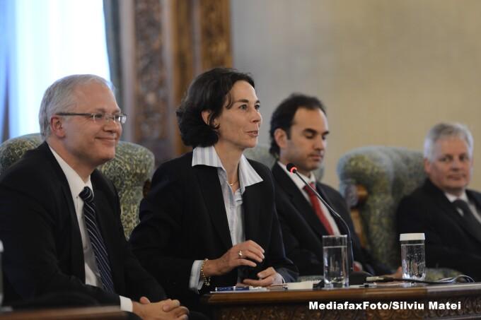 Seful misiunii FMI pentru Romania, Andrea Schaechter (centru)