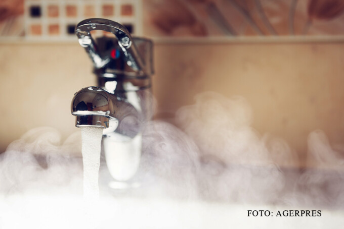 robinet la care curge apa calda FOTO SHUTTERSTOCK