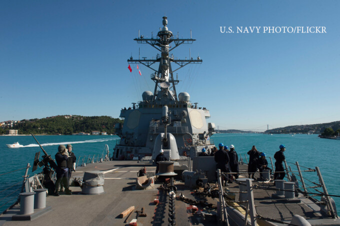 nava USS Carney intra in Bosfor