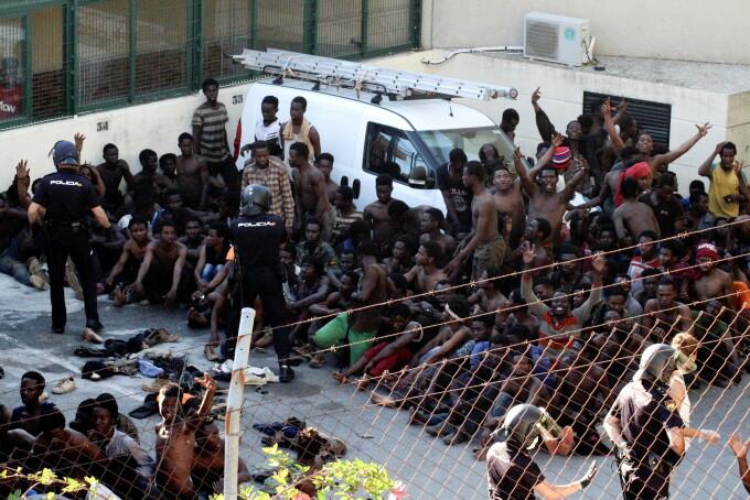 600 de migranți au încercat să intre cu forța în enclava spaniolă Ceuta