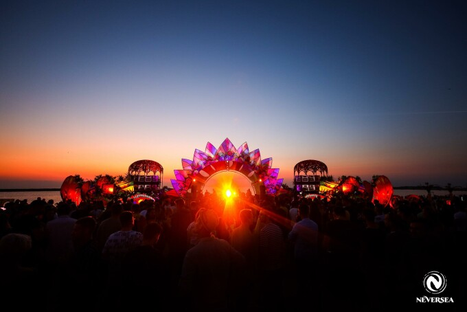 Atmosferă incendiară pe malul mării, la festivalul Neversea