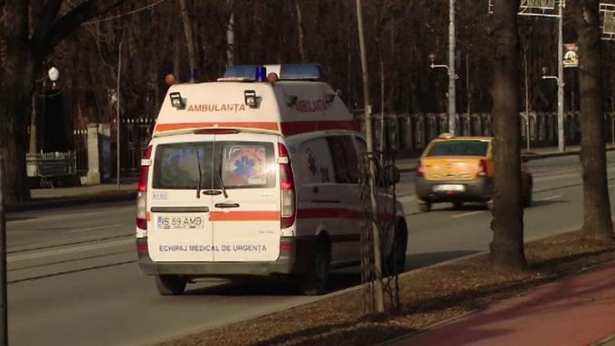 Medici de pe ambulanță atacați cu toporul