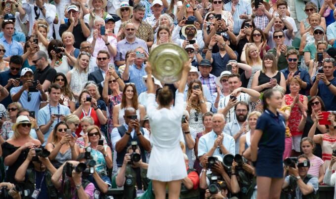 Simona Halep cu trofeul de la Wimbledon 2019