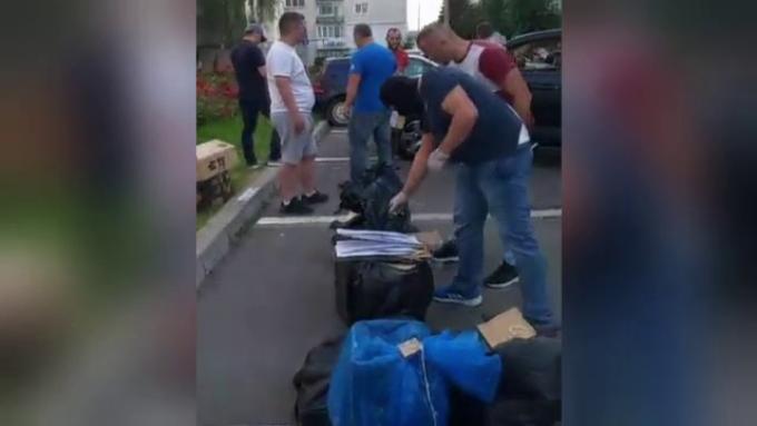 Doi bărbați, prinși în centrul orașului cu mașina plină cu droguri. Martorii au filmat tot