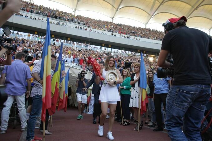 Simona Halep a prezentat trofeul de la Wimbledon - 4