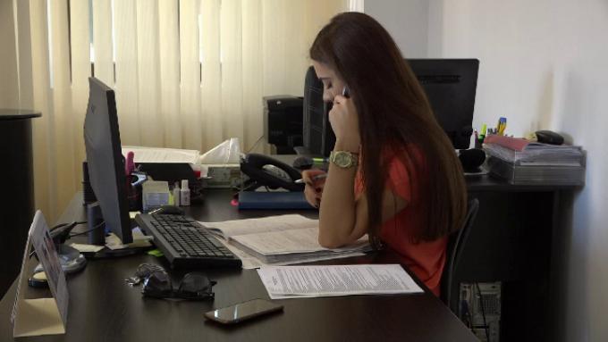 Angajatorii străini nu cred în studiile românilor. Jumătate acceptă slujbe sub calificare