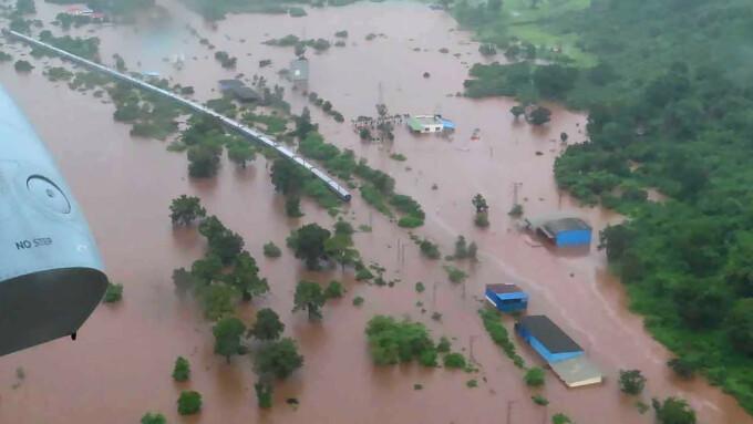 Inundații în India. 700 de pasageri blocați într-un tren, salvați cu elicopterul - 2