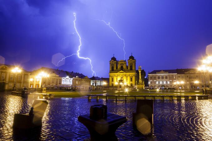 Furtună cu fulgere în Piața Unirii din Timișoara