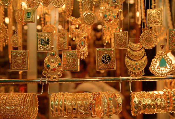 Româncă prinsă în Italia când încerca să vândă aurul furat de bătrânul pe care îl îngrijea