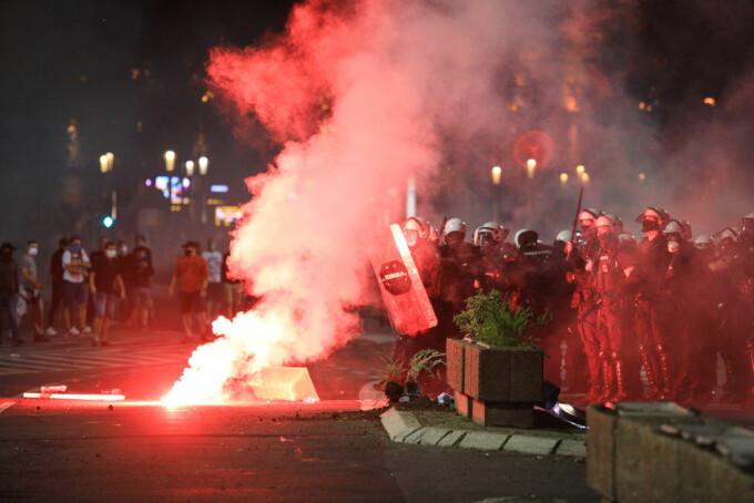 Proteste de amploare în Serbia, după ce s-a anunțat revenirea la starea de urgență