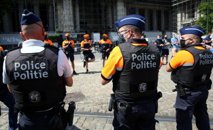 Polițiștii europeni poartă uniforme croite în România, pe salarii ca în Bangladesh. Abuzuri și condiții inumane