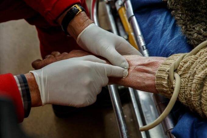 Caz incredibil: O bătrână care face și dializă se reinfectează încontinuu de 5 luni cu Covid-19, dar e mereu asimptomatică