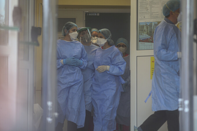 Caz șocant. Un cadru medical din linia întâi în lupta contra Covid-19 nu crede în existența virusului. Câți oameni a infectat