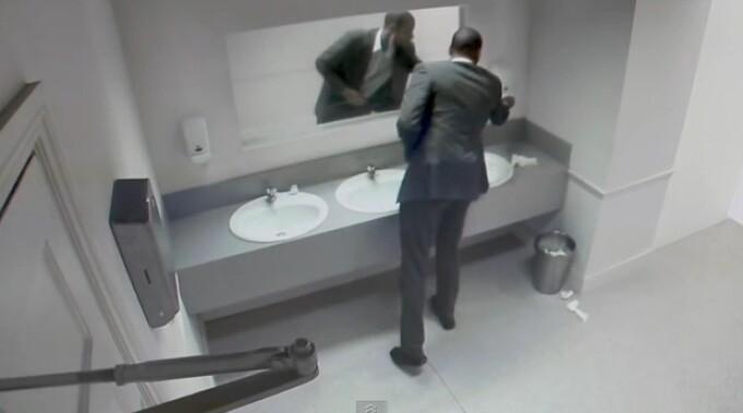 farsa la toaleta