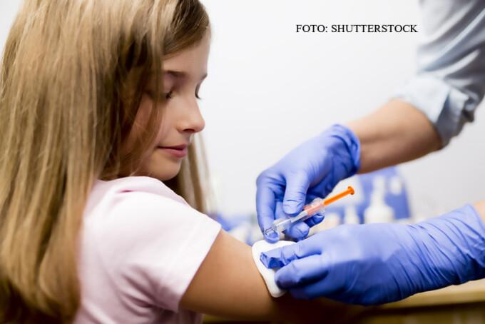 medic vaccineaza un copil in mana FOTO SHUTTERSTOCK