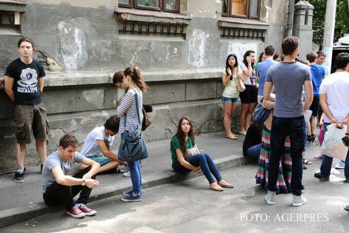 elevi ai Colegiului National 'Sfantul Sava' din Bucuresti asteapta afisarea rezultatelor de la prima sesiune a examenului de Bacalaureat FOTO AGERPRES