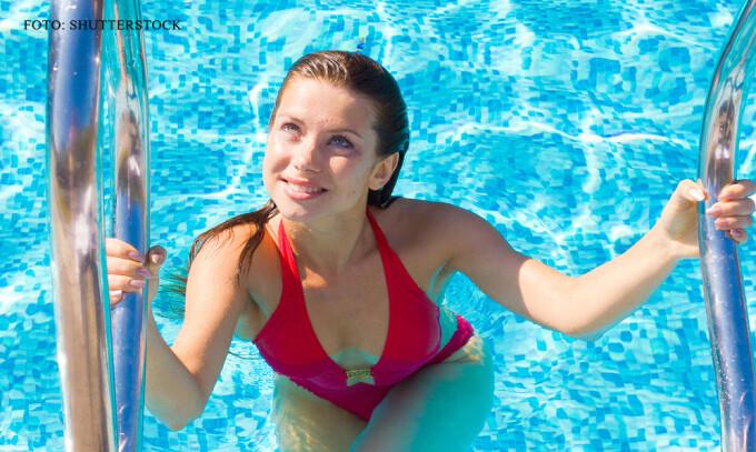 femeie care iese din piscina FOTO SHUTTERSTOCK