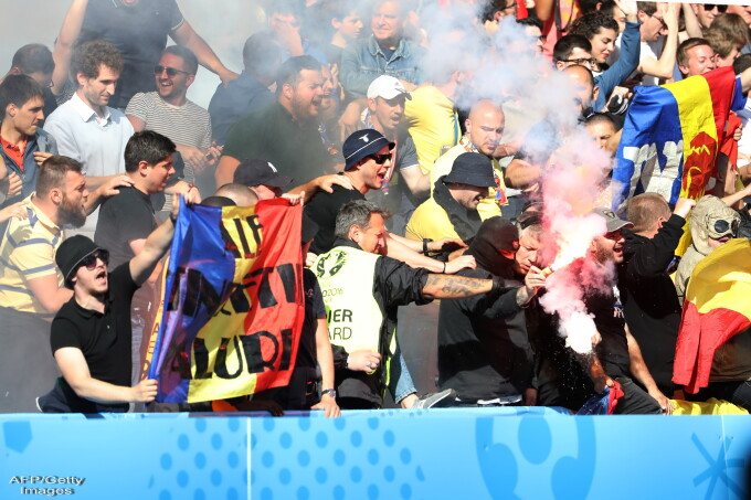 Suporter romani cu torte pe stadion, in tribune, la meciul Romania-Elvetia