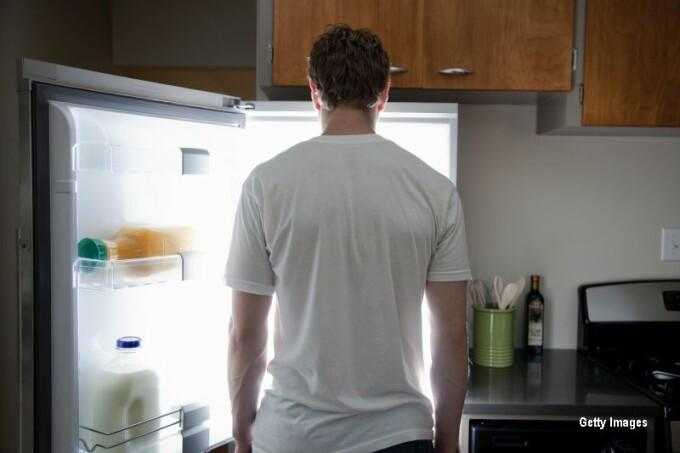 barbat in fata frigiderului