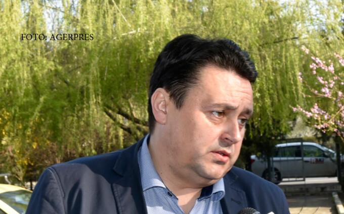 Senatorul PNL Andrei Volosevici, fost primar al Ploiestiului, care este urmarit penal pentru fapte de coruptie in legatura cu finantarea echipei de fotbal Petrolul Ploiesti, soseste la sediul DNA Ploiesti.