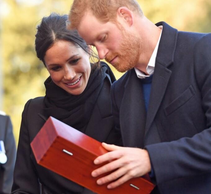 Harry şi Meghan cu un cadou de nunta