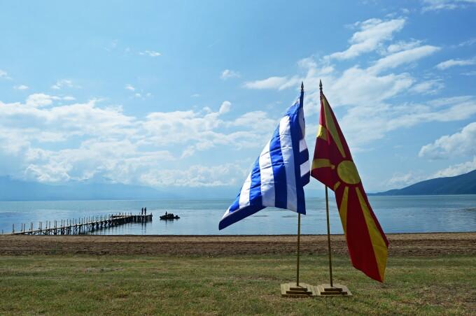 Steagurile Greciei și Macedoniei, împreună pe malul lacului Prespes