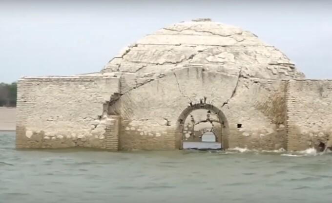 Povestea bisericii care s-a ridicat deasupra apei